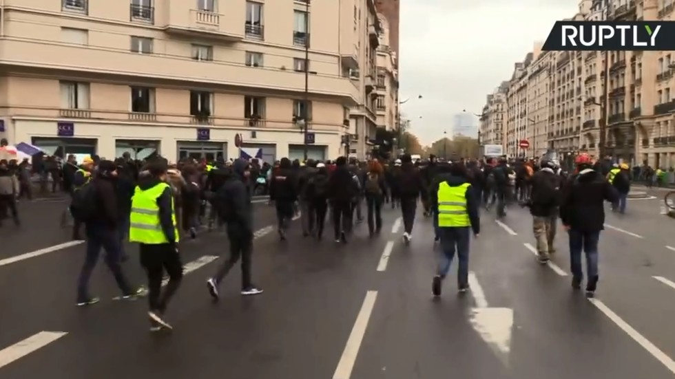 Water cannon deployed & cars flipped as tensions run high during Yellow Vests protests (VIDEOS) — RT World News