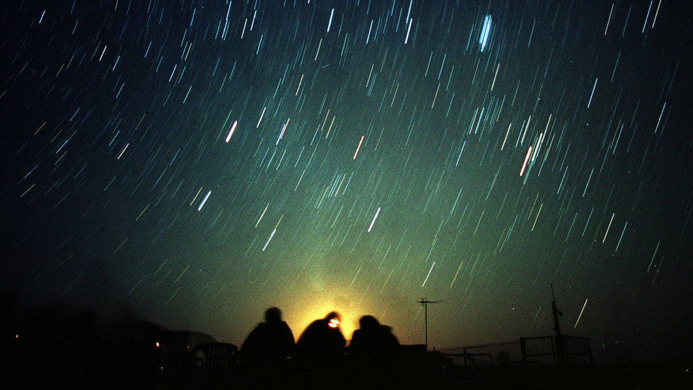 WATCH Leonid meteor shower light up night sky with spectacular shooting stars