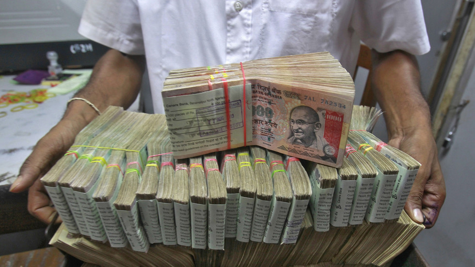 Tax evaders or sky-high charity? VIDEO shows bundles of cash being tossed out of window in Indian office building