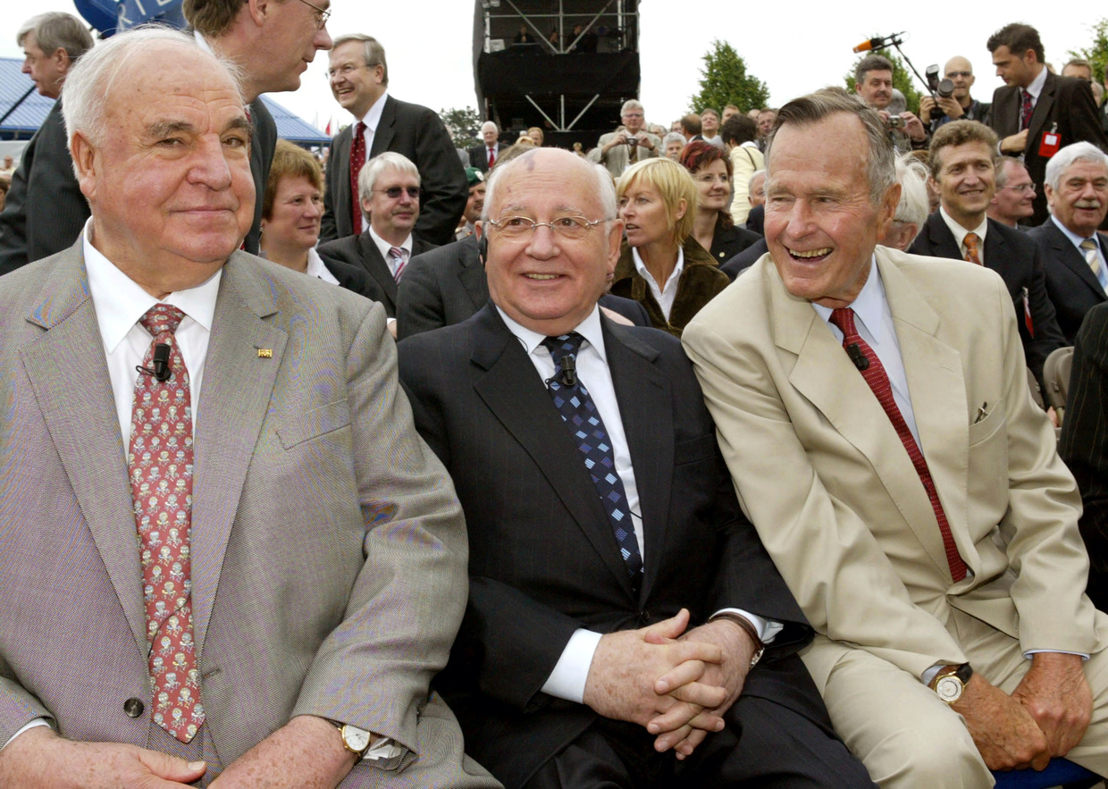 Former German Chancellor Helmut Kohl (L), ex-Soviet leader Mikhail Gorbachev (C) and former US President George H. W. Bush are pictured together in Geisa, Germany, on 17 June 2005. ©  Global Look Press / Fabrizio Bensch