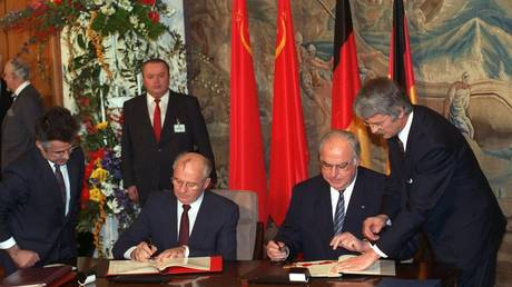 FILE PHOTO: The USSR President Mikhail Gorbachev (L) and the West Gernman chancellor Helmut Kohl sign a treaty in November 1990 © Global Look Press /  Achim Scheidemann/dpa