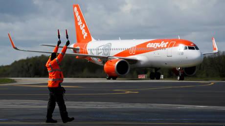 FILE PHOTO: An easyJet Airbus A320-251NEO plane © Reuters / Stephane Mahe