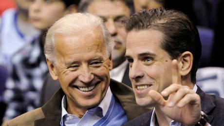 FILE PHOTO: U.S. Vice President Joe Biden and his son Hunter Biden. Picture taken January 30, 2010. © REUTERS/Jonathan Ernst
