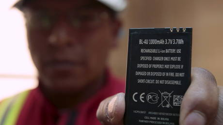 FILE PHOTO A worker holds a rechargeable lithium battery that is made in Bolivia at a plant in Llipi at the border of Uyuni salt lake © REUTERS/David Mercado