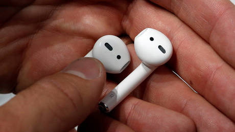 File photo of some Apple AirPods © REUTERS/Beck Diefenbach