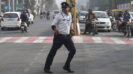 "Ranjeet Singh directs traffic while ""moonwalking"" at an intersection in Indore. © AFP / Indranil Mukherjee"
