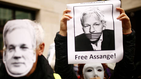 FILE PHOTO: Supporters of  Julian Assange protest outside Westminster Magistrates Court in London © Reuters / Henry Nicholls