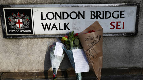Flowers are left at the scene of a stabbing on London Bridge © Reuters / Simon Dawson