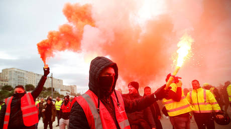 Massive union strike shuts down transportation across France amid growing anger over Macron's pension reform (PHOTOS)