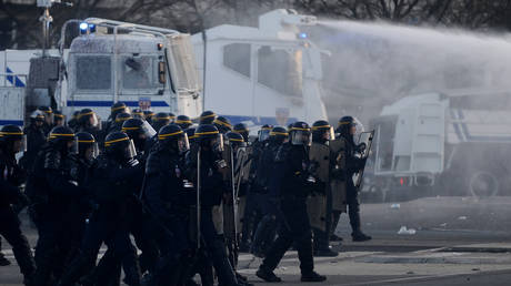 France strike: Police in Rennes use water cannons to disperse protesters (VIDEOS)