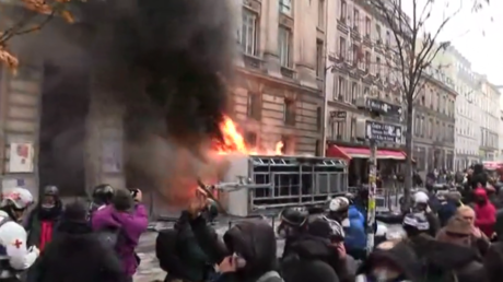Bikes ablaze & cameras crippled: Damage wreaked on Parisian streets amid huge protests in France (VIDEOS)