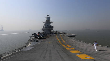 A crew member walks on deck of INS Vikramaditya, Indian Navy's aircraft carrier, anchored in Arabian sea off the coast of Mumbai © REUTERS/Shailesh Andrade