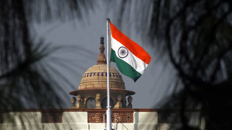 FILE PHOTO An Indian national flag flutters on top of the Indian parliament building in New Delhi © REUTERS/B Mathur