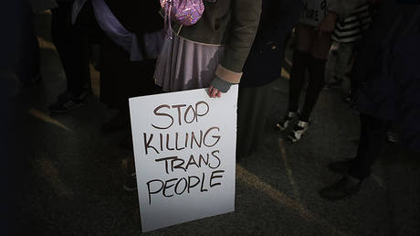 Demonstrators protest for transgender rights with a rally, march through the Loop and a candlelight vigil to remember transgender friends lost to murder and suicide on March 3, 2017 in Chicago, Illinois. © AFP / GETTY IMAGES NORTH AMERICA / SCOTT OLSON