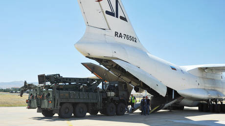 Parts of the S-400 are unloaded from a Russian plane near © Turkish Military/Turkish Defence Ministry/Handout via REUTERS