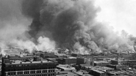 A Tulsa neighborhood in flames during the 1921 race riot. © United States Library of Congress