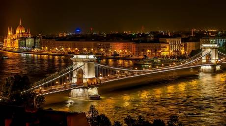 Szechenyi Chain Bridge in Budapest, Hungary © Pixabay.com
