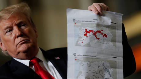 "Donald Trump shows maps of Syria and Iraq depicting the size of the ""ISIS physical caliphate"" in March, 2019. ©REUTERS / Carlos Barria"