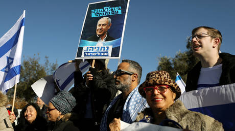 Israelis demonstrating in support of Netanyahu © Reuters / Ammar Awad