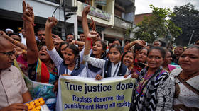 Indian girls celebrate death of 4 men accused of Hyderabad gang rape, cops feted in the streets (VIDEOS)