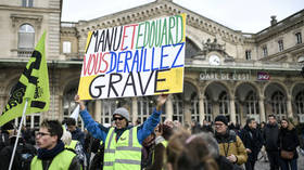 Why let Christmas stop the fight? French pension strikers march into fourth week of protests (VIDEOS)