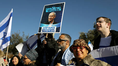 Supporters of Benjamin Netanyahu demonstrate against an Israeli supreme court hearing. ©REUTERS / Ammar Awad