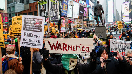 People take part in an anti-war protest at Times Square in New York. ©REUTERS / Eduardo Munoz