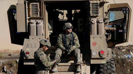 FILE PHOTO: US army soldiers sit next a military vehicle in the town of Bartella, east of Mosul, Iraq, December 27, 2016. Picture taken December 27, 2016. © REUTERS/Ammar Awad
