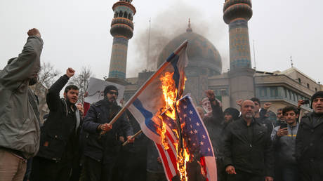 Iranians burn US and Israeli flags during an anti-US protest over the killing of Qassem Soleimani © ATTA KENARE / AFP