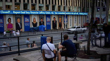 FILE PHOTO: The Fox News electronic ticker in New york shows the news about Jeffrey Epstein after he was found dead in his cell © Reuters / Eduardo Munoz