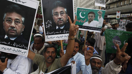 Supporters of former President Pervez Musharraf chant slogans during a protest in Karachi © REUTERS/Akhtar Soomro