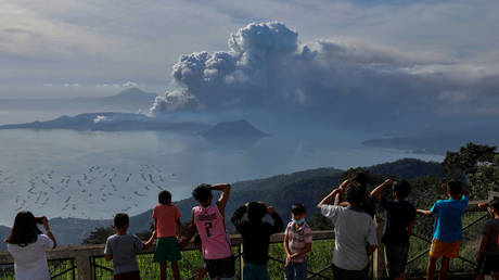 Residents look at the errupting Taal Volcano in Tagaytay City, Philippines, January 13, 2020 © Reuters / Eloisa Lopez