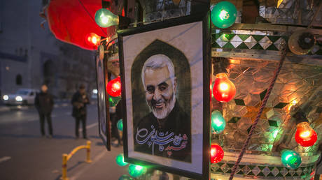 A poster of top Iranian commander Qasem Soleimani, killed in a US strike, is seen on a street in Tehran, Iran, on Jan. 3, 2020. © Global Look Press /Xinhua /Ahmad Halabisaz