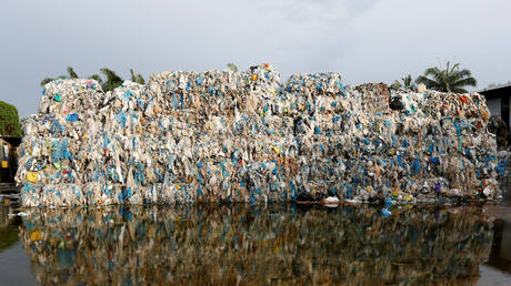 FILE PHOTO: Plastic waste piled outside an illegal recycling factory in Jenjarom, Kuala Langat, Malaysia, 2018 © Reuters / Lai Seng Sin