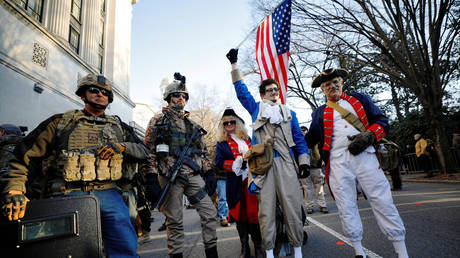 Armed militia members stand with people dressed in American revolution-era attire at a rally near Virginia's Capitol © Reuters / Jonathan Drake