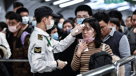 Citizens wear masks to defend against new viruses on January 22,2020 in Guangzhou, China