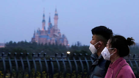 Visitors walk past Shanghai Disney Resort, that will be closed during the Chinese Lunar New Year © Reuters / Aly Song