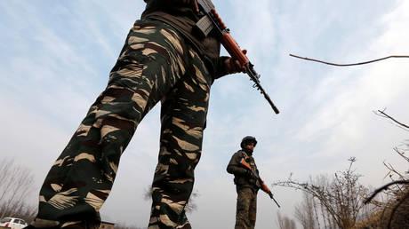 FILE PHOTO Indian policemen in Kashmir's Pulwama district. December 2017. © Danish Ismail / Reuters
