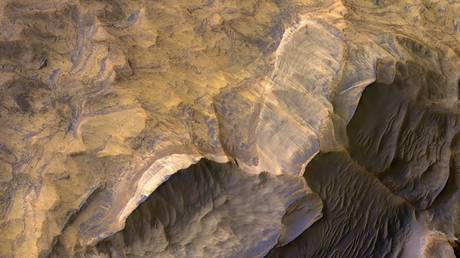 The light-toned layered deposits thought to be sandstones in Candor Chasma canyon. © NASA/JPL/University of Arizona