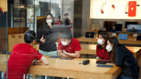 People wear face masks in the Sanlitun shopping district in Beijing as China is hit by an outbreak of the new coronavirus, January 25, 2020. © REUTERS/Thomas Peter