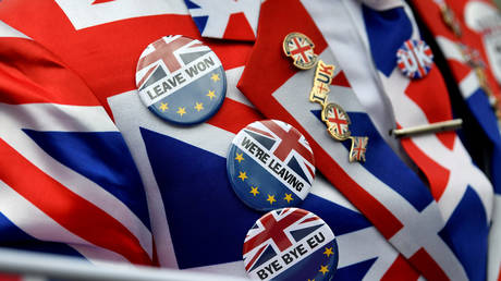 Pro-Brexit pins are seen on a supporter's jacket at Parliament Square, on Brexit day in London © Reuters / Toby Melville