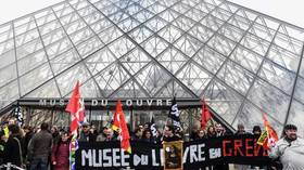 Louvre museum CLOSED as French pension-reform protesters block entrances (VIDEOS)