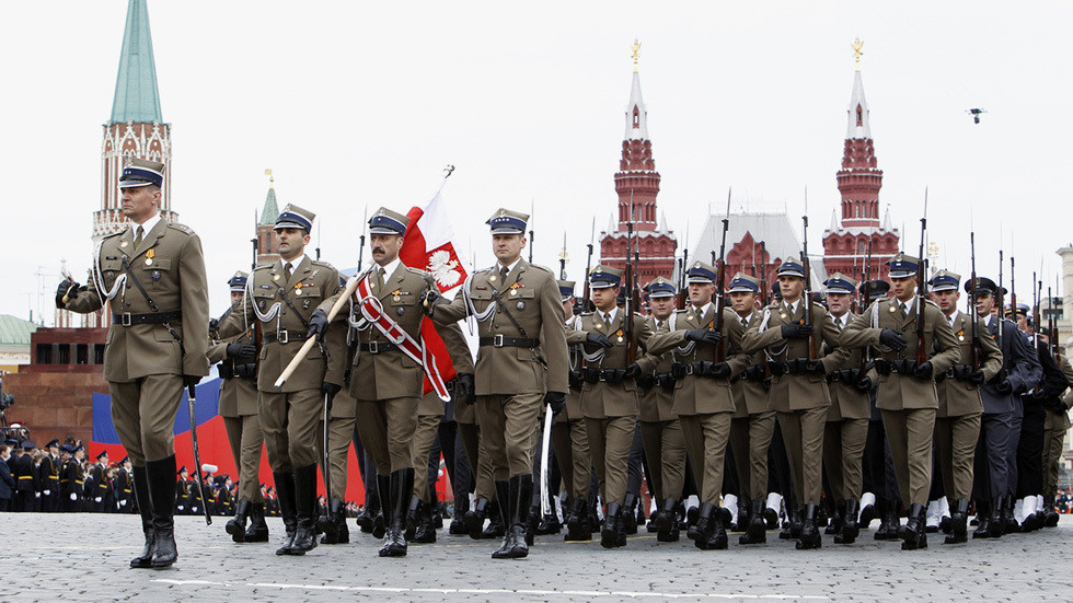 Soldados poloneses marcham pela Praça Vermelha durante um desfile do Dia da Vitória em 2010