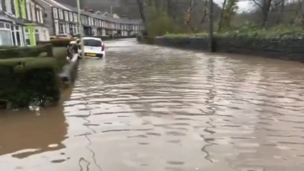 Record-breaking floods across England as Storm Dennis lashes UK (VIDEOS)