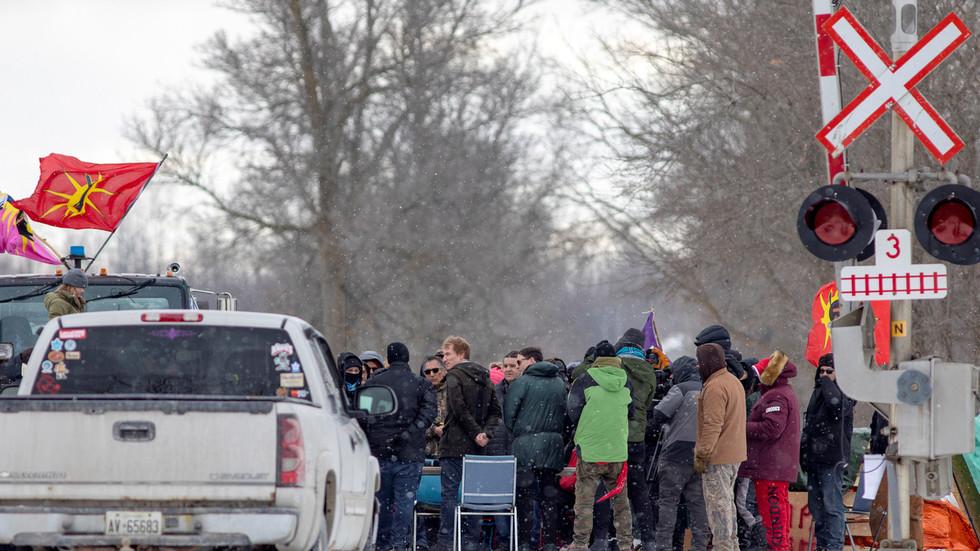 Trudeau scraps overseas trip after pipeline protesters BLOCK US-Canada bridge amid ongoing rail shutdowns (VIDEO)
