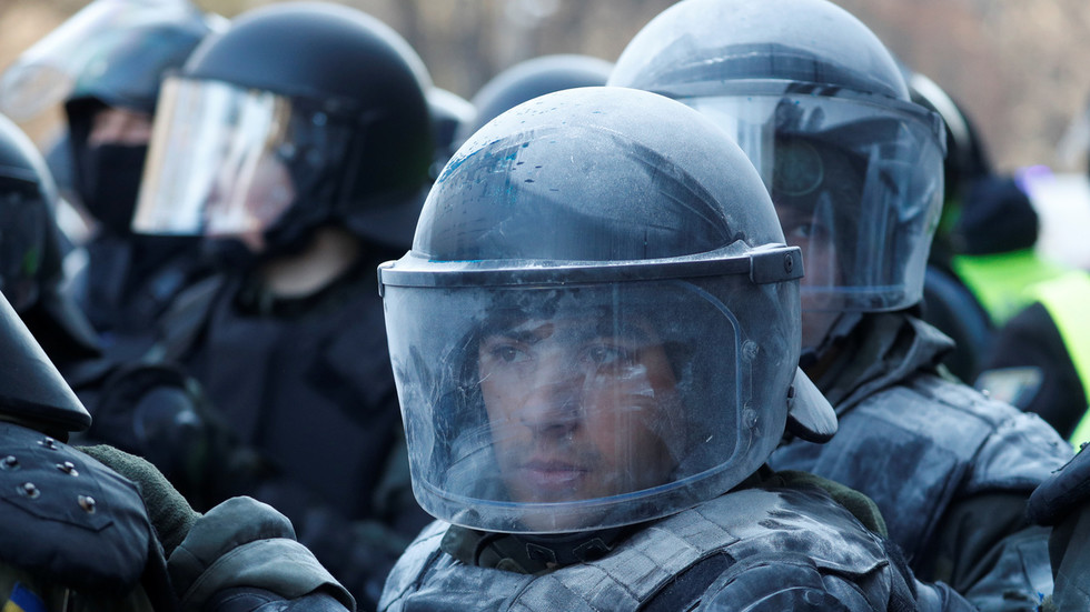 Riot troops & armored vehicle sent to small Ukrainian town as residents attempt to block evacuated coronavirus patients