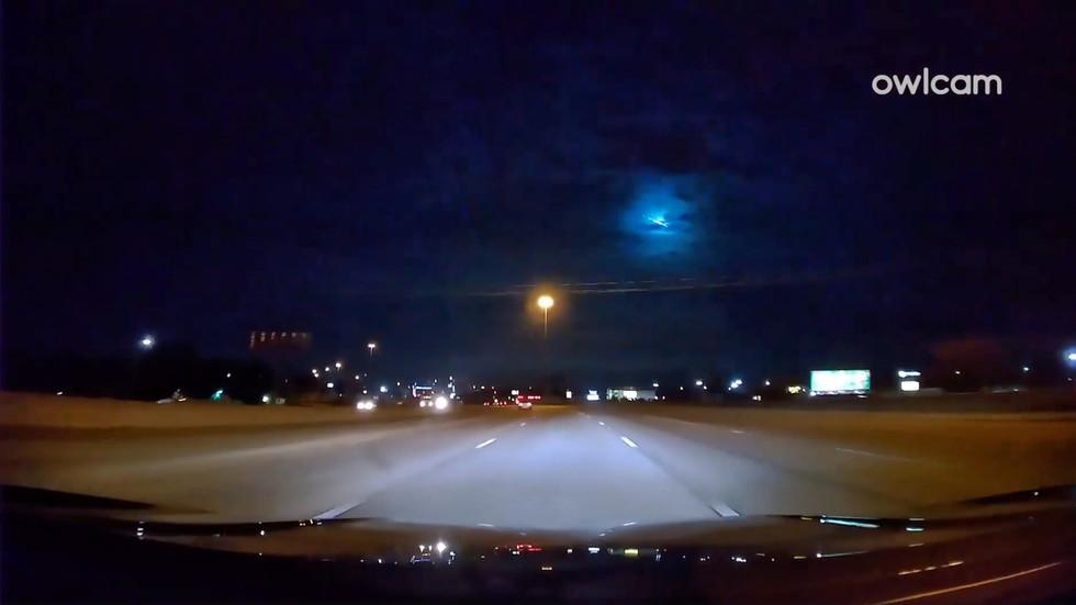 Brightly burning meteor lights the sky BLUE as it streaks across the heavens (VIDEOS) — RT World News thumbnail