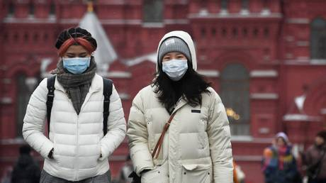 Tourists wearing medical masks in the Red Square in Moscow. ©Sputnik / Kirill Kallinikov