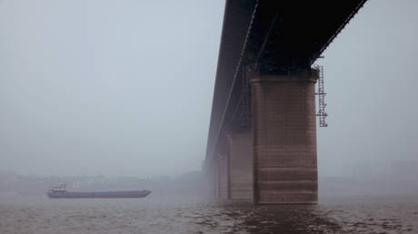 Low angle view of bridge over river, Wuhan, China ©  Getty Images / Gregor Sawatzki