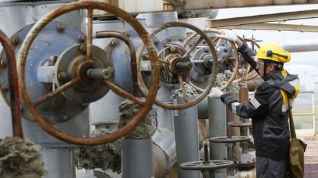 Oil refinery owned by Rosneft in Krasnoyarsk Region, Russia ©  REUTERS /  ILYA NAYMUSHIN
